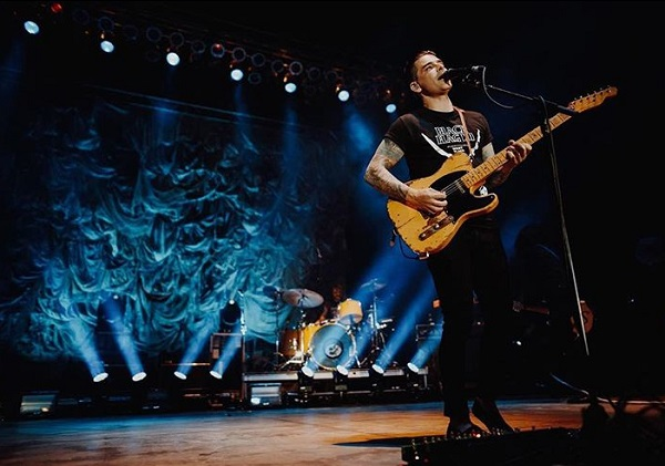Hurrah emo kids! Dashboard Confessional has a new single